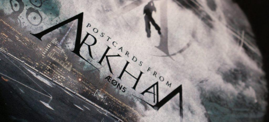 detail potisku Postcards From Arkham